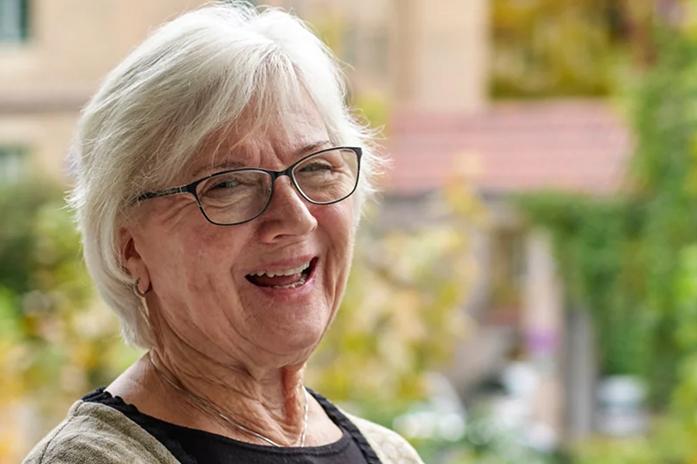 Smilende kvinne tester prøvebo hos Gabels Park