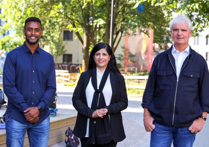 Thomas Haile, Nasreen Begum og Lars Semmerud fra prosjekt Bydelsfedre står sammen utenfor skolegården til Tøyen skole