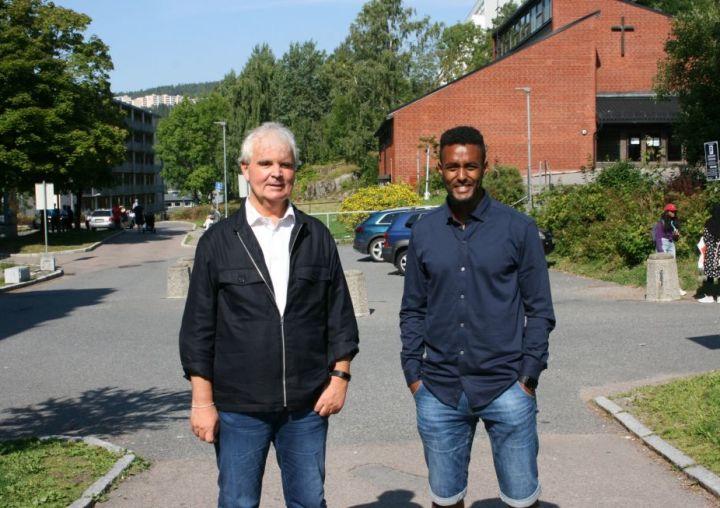 Prosjektleder Lars Semmerud og prosjektmedarbeider Thomas Haile står sammen utendørs