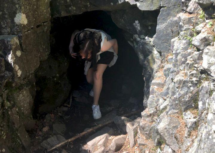 Person som kommer ut av en hule