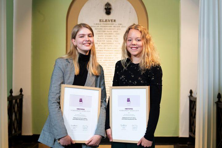 Prisvinnerene Silje og Felicia med hvert sitt diplom fra Holbergprisen i skolen (2019)
