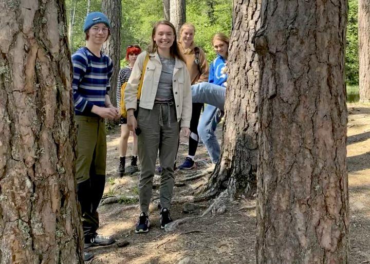 Elever på tur i skogen