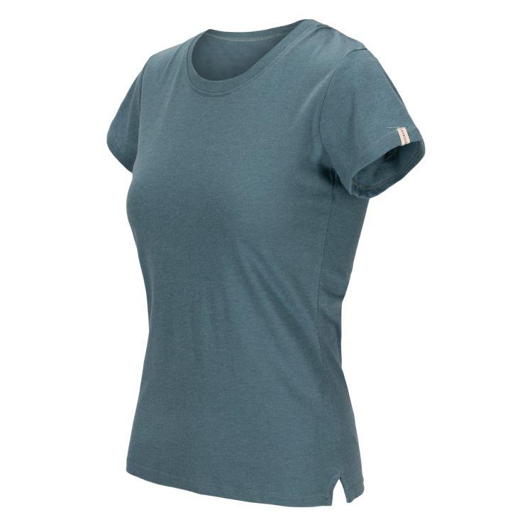 Summer Wool Tee Garment Dyed tskjorte fra Amundsen Sports til dame i fargen faded blu. Produktbildet viser tskjorten sett skrått forfra med logodetalj på ermet
