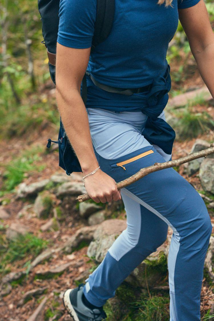 Womens Vipe Pants i fargen Eventide/Vintage Indigo/Blazing Orange fra Tufte Wear. Buksen er avbildet på damemodell som går tur i skogen