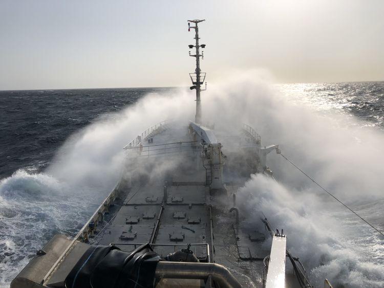 Bølge som slår mot baugen på en stor fiskebåt