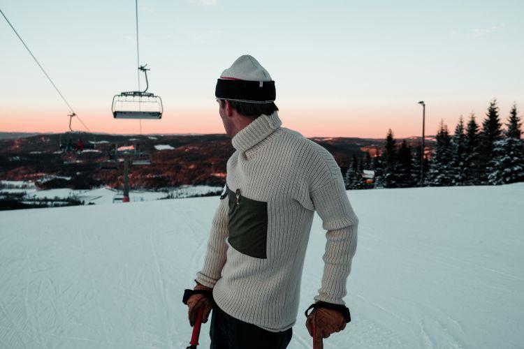 Heroes Turtle Neck til herre fra Amundsen Sports. Miljøbildet hvor genseren er på en mann i skibakken