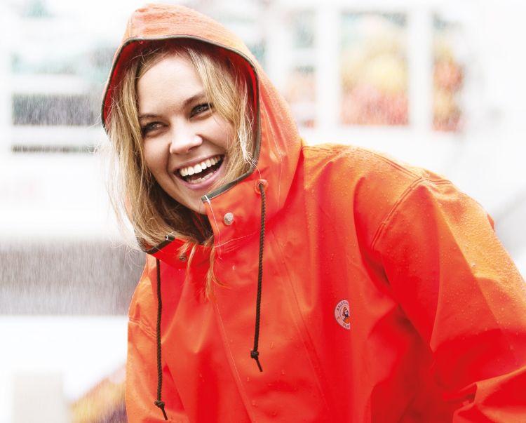 aalesund oljeklede doggerbank regnjakke oransje biled med jakken på