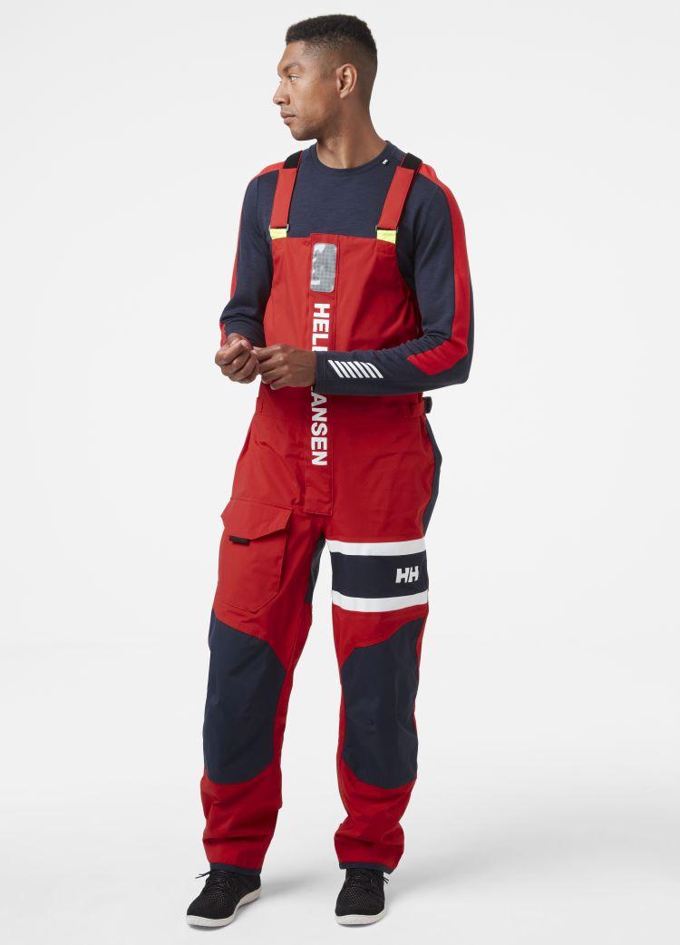 Salt Coastal Bib fra Helly Hansen til herre i fargen Alert Red. Bildet viser buksen sett forfra på herremodell