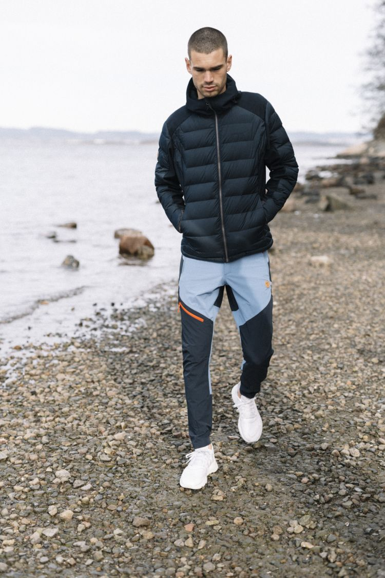 Mens Vipe Pants i fargen Quiet Harbour. Buksen vises på mann som går tur på stranden