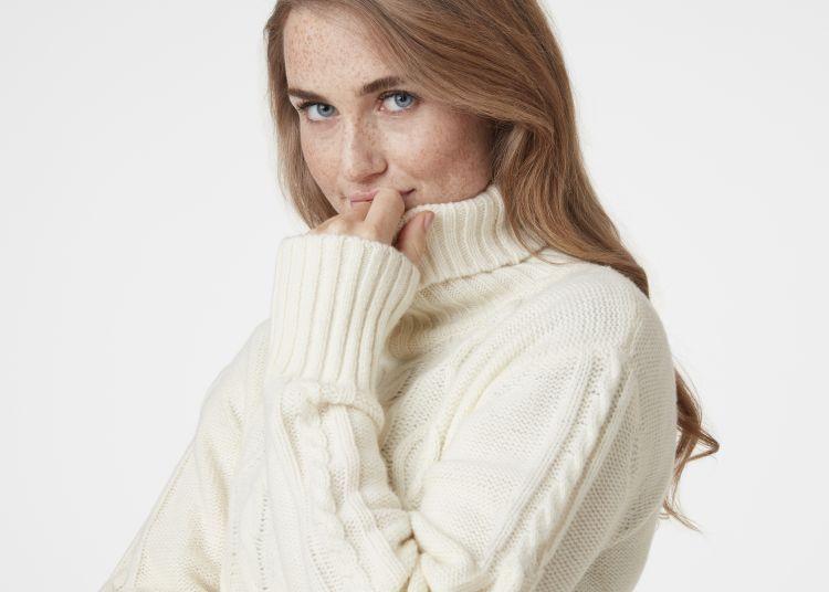 Arctic Ocean Chunky Knit strikket genser fra Helly Hansen til dame. Genseren er i hvit og avbildet på modell
