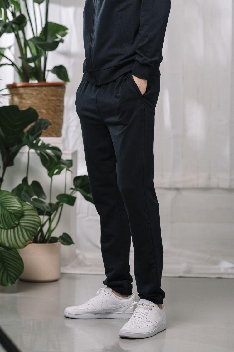 Mens Lunde Sweatpants Sky Captain, joggebukse fra Tufte Wear. Buksen er avbildet på modell i studio
