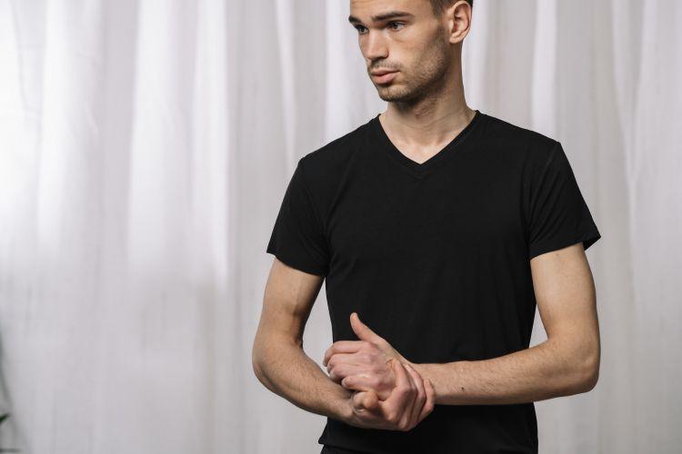 Mens v-neck t-shirt til herre fra Tufte Wear i fargen black beauty. Tskjorten vises på mannlig modell i studio