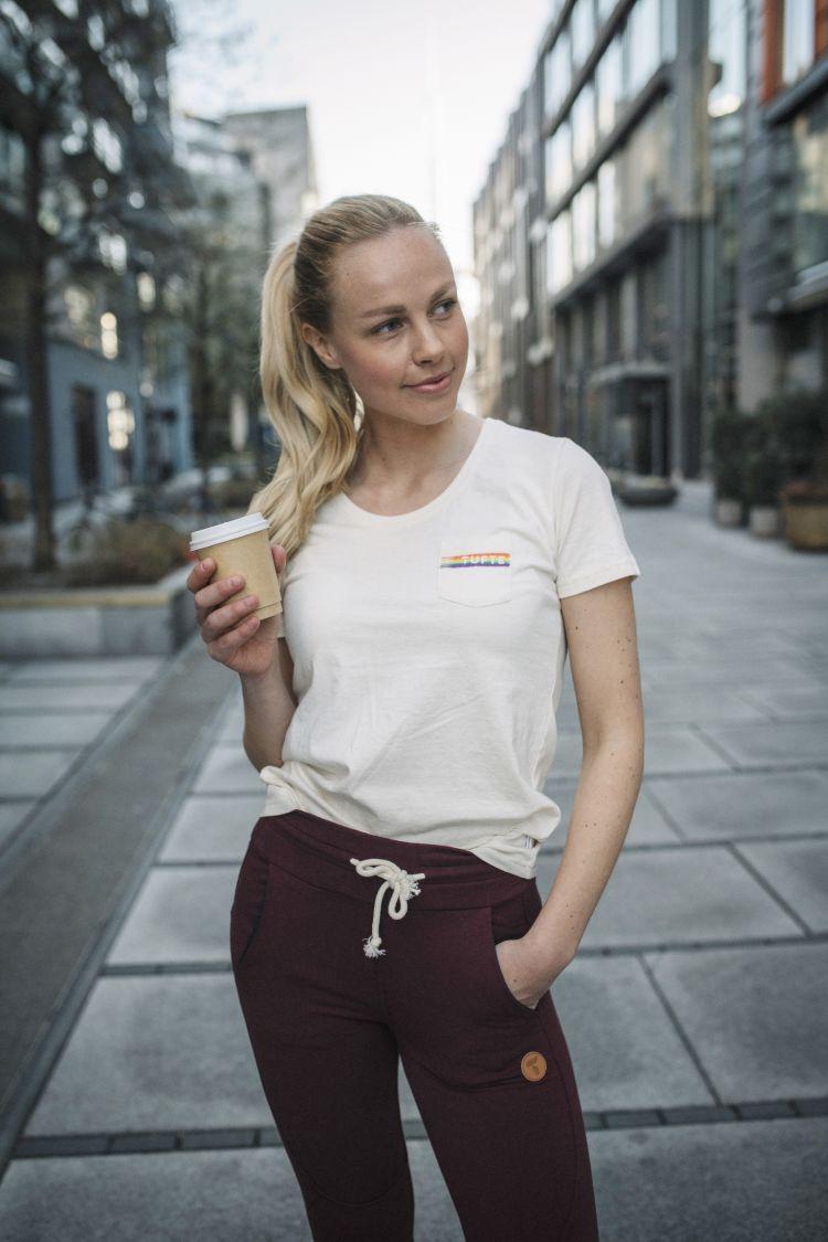 PRIDE tskjorte fra Tufte Wear til dame. Tskjorten vises på kvinnelig modell som går i byen, tskjorten vises fra fremsiden