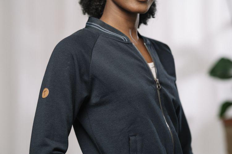 Womens Lunde Zip Sweater i fargen Sky Captain. Bildet viser nærbilde av genseren på damemodell i studio