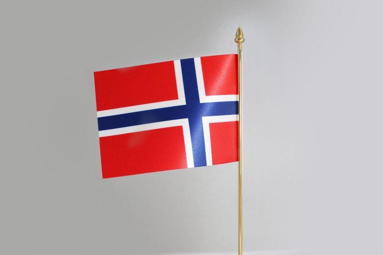 Et norskt flagg på en gullfarget bordstang