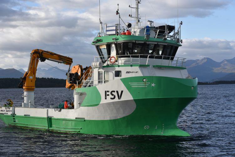 Grønn servicebåt med kran