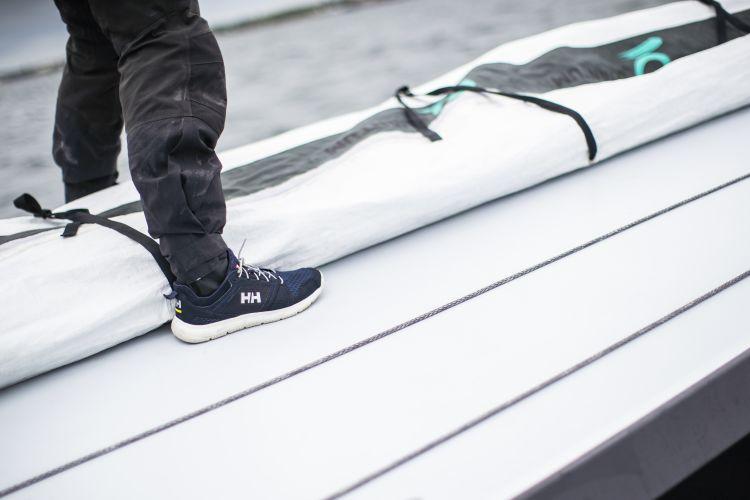 Skagen F1 Offshore seilsko fra Helly Hansen i fargen Navy til herre. Bildet viser skoen på ombord på seilbåt