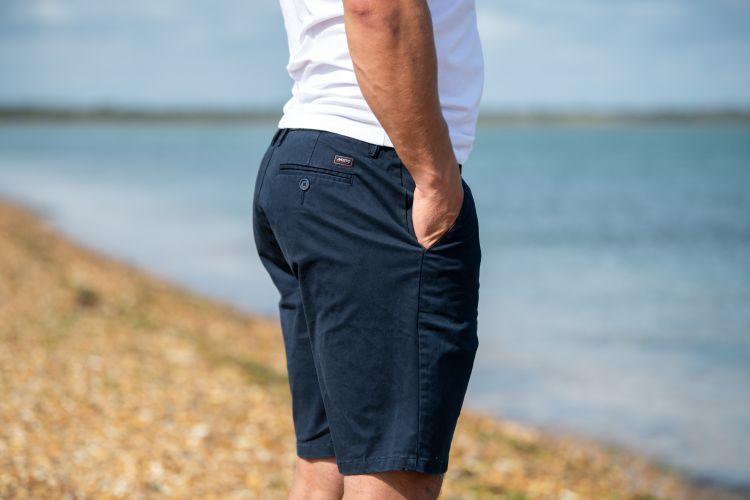 Napier Chino shorts fra Musto til herre i fargen true navy. Bildet viser shortsen på herremodell ute i sommervær