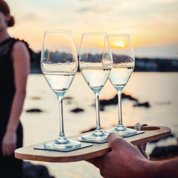 Silwy champagneglass med magnetisk bunn - miljøbilde av glass på brett