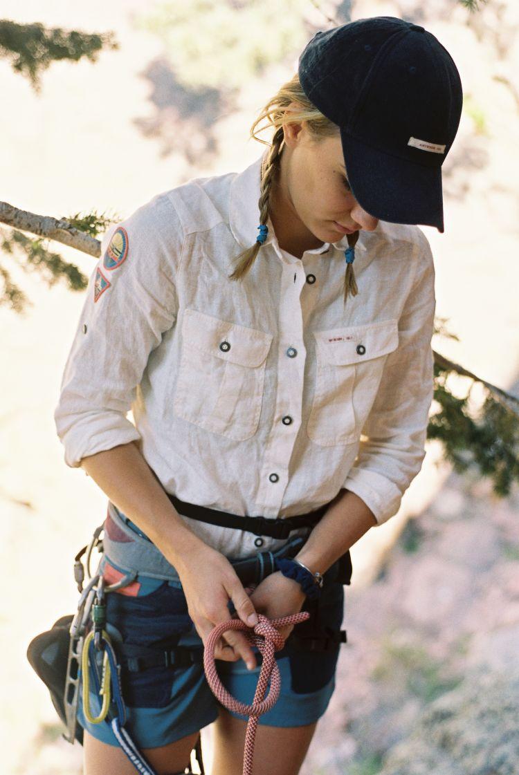 Miljøbildet av amundsen sports safari linen shirt. Hvit skjorte på en dame som er på klatreturl
