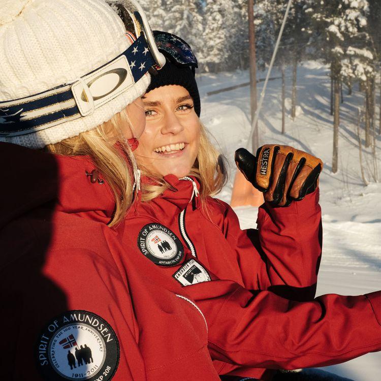 amundsen sports peak anorak til dame i fargen ruby red. Miljøbildet, ut på tur på vinteren