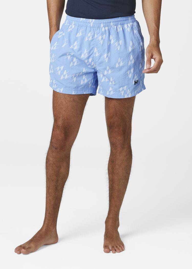 Colwell Trunk badeshorts til herre fra Helly Hansen  i fargen coast blue. Shortsen er avbildet på herremodell, sett forfra