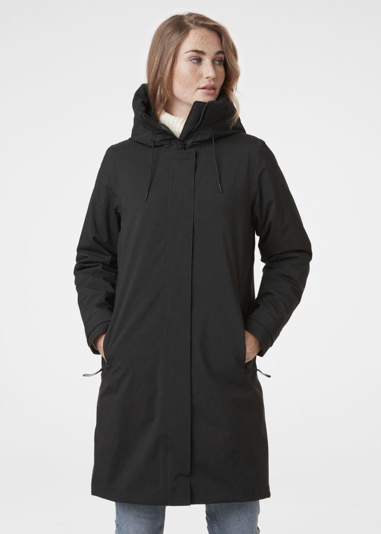 Victoria ins rain coat fra helly hansen til dame. Sort jakke avbildet på modell sett forfra