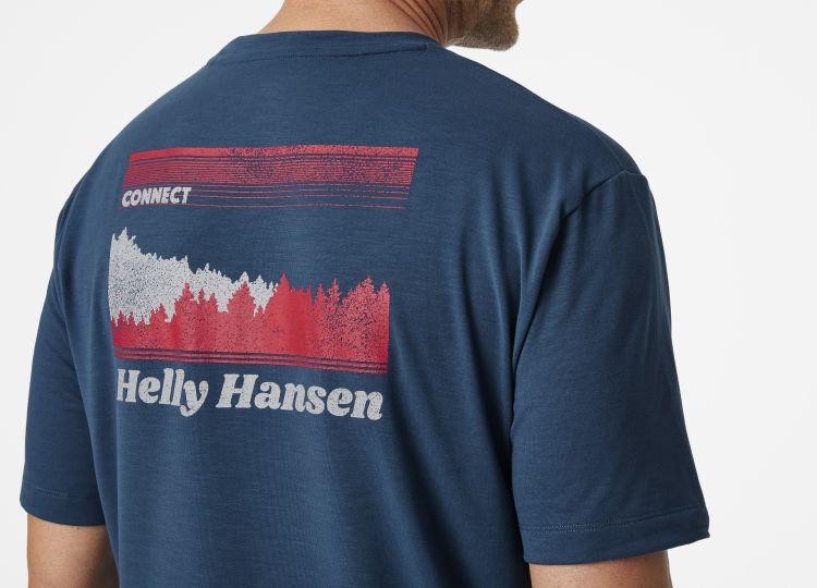 SKOG Recycled  Graphic Tshirt fra Helly Hansen til herre i blåfarge. Tskjorten vises på herremodell, med fokus på ryggrafikk