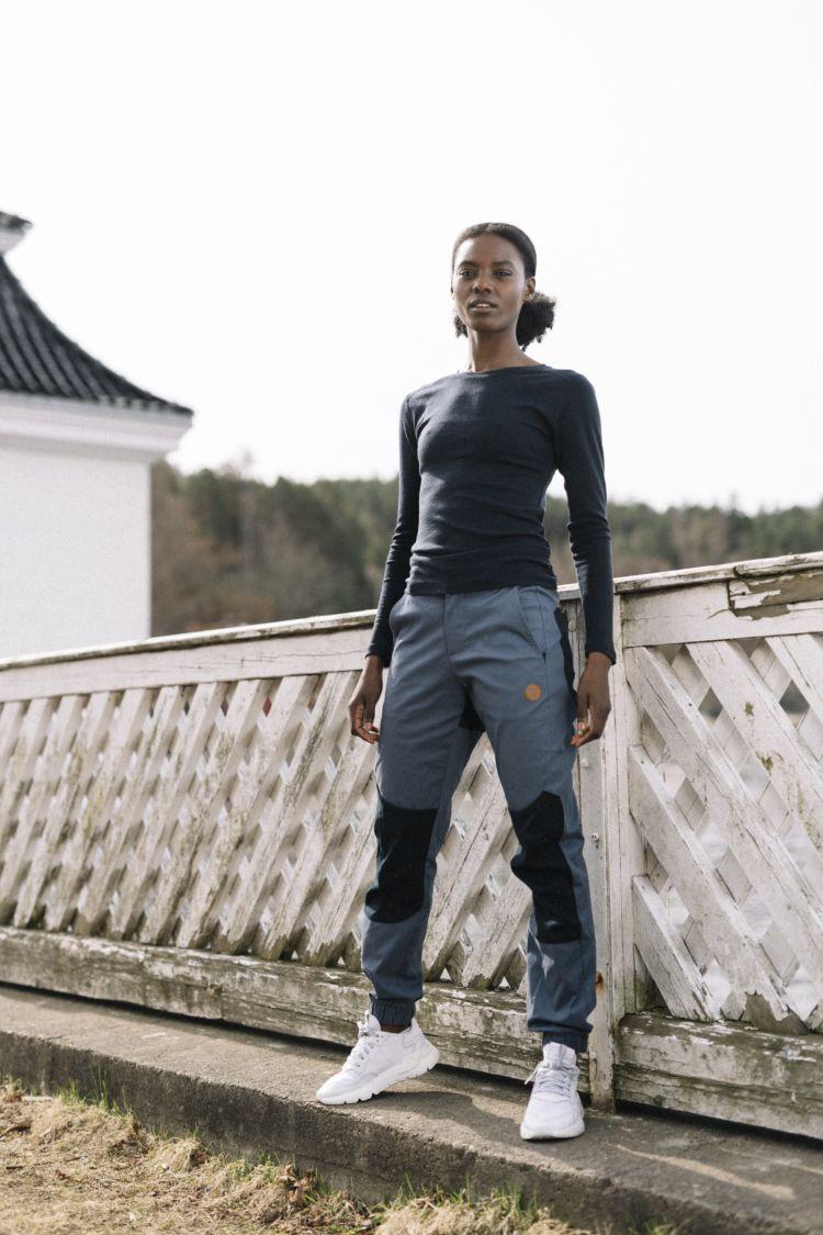 Womens Alke Leisure Pants i fargen Vintage Indigo/Sky Captain fra Tufte Wear. Buksen vises på damemodell