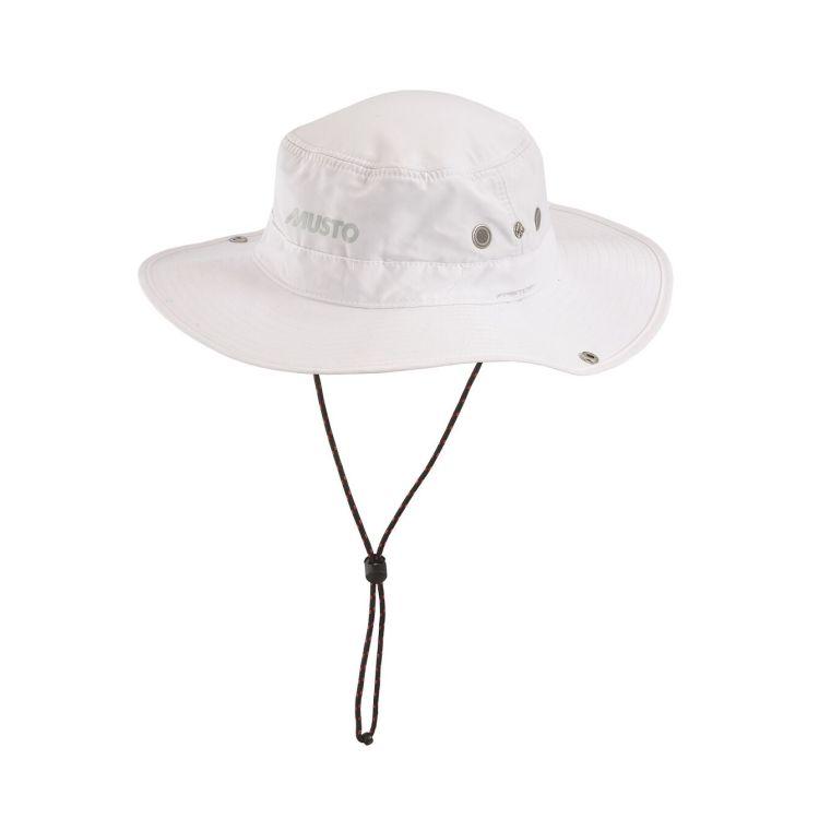 Brimmed solhatt fra Musto i fargen hvit. Produktbildet viser hele hatten med snøring