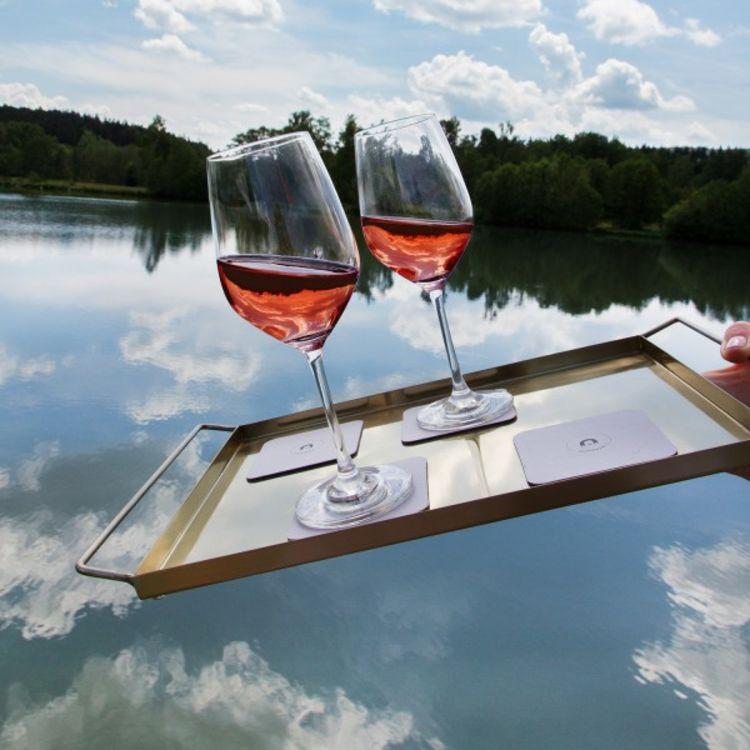 Silwy vinglass med magentisk bunn - miljøbilde av glass som tilter på brett