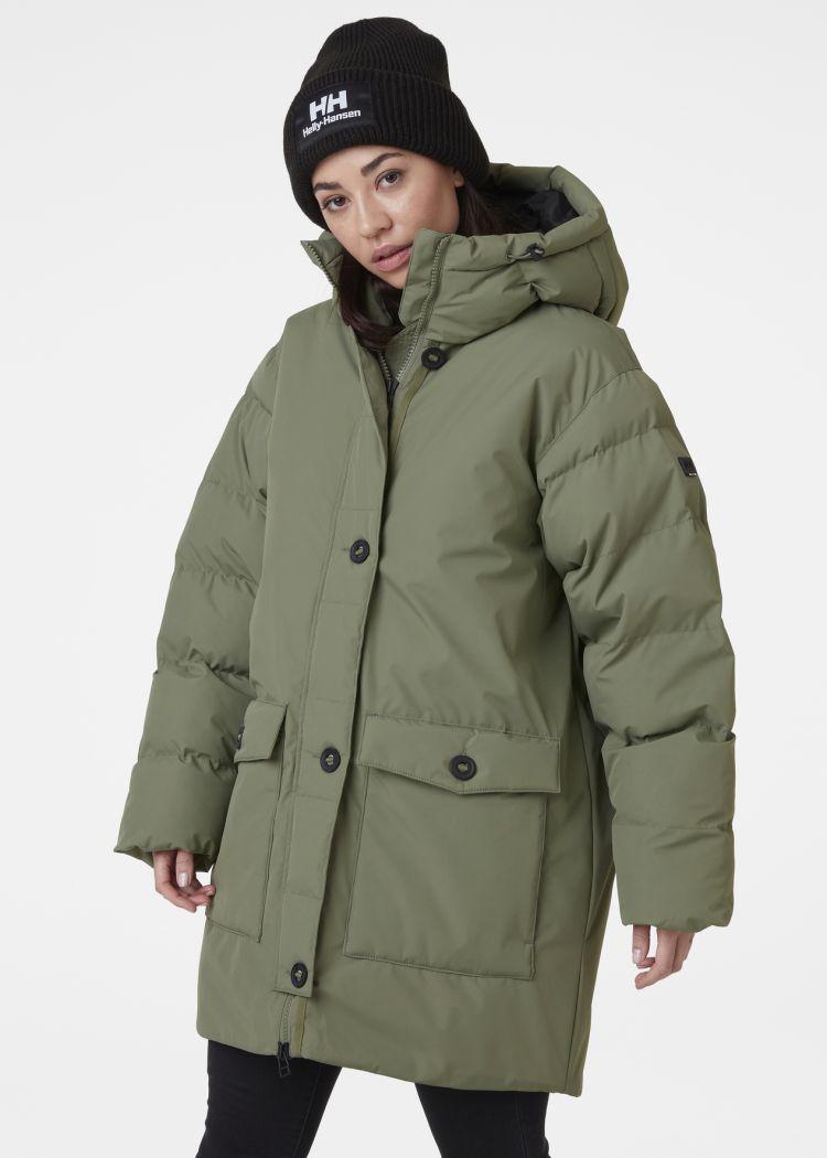 Arya Parkas til dame fra Helly Hansen i fargen lav green. Bilde av jakken på modell sett forfra