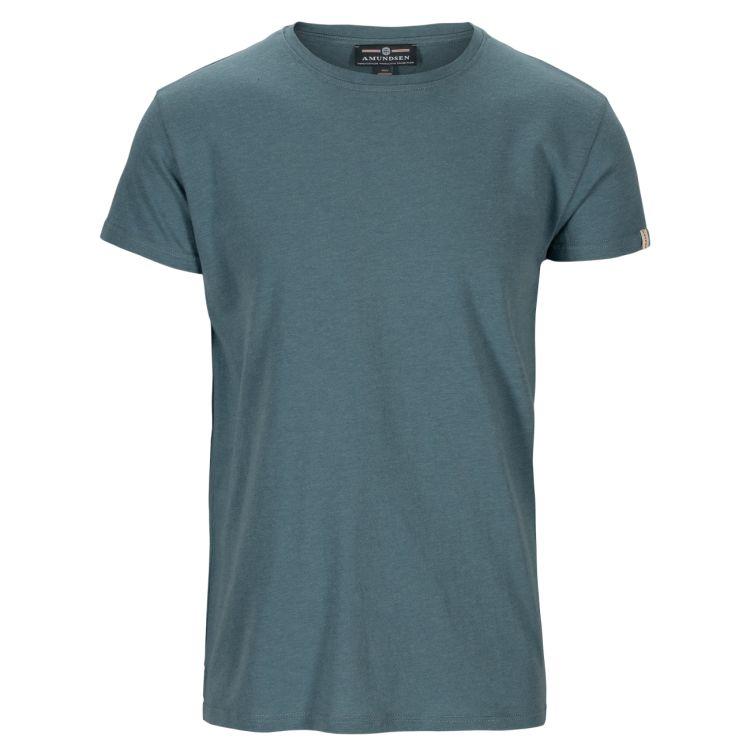 Summer Wool Tee Garment Dyed tskjorte fra Amundsen Sports til herre i fargen faded blu. Produktbildet viser tskjorten sett forfra