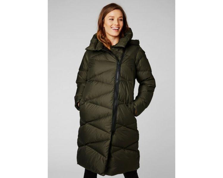 Tundra Down Coat fra Helly Hansen i fargen Beluga til dame. Jakken sees på kvinnelig modell i studio