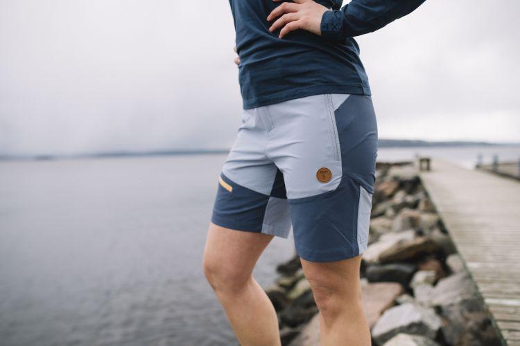 Womens Vipe Shorts i fargen Eventide/Vintage Indigo/Blazing Orange fra Tufte Wear. Shortsen er avbildet på damemodell langs havet