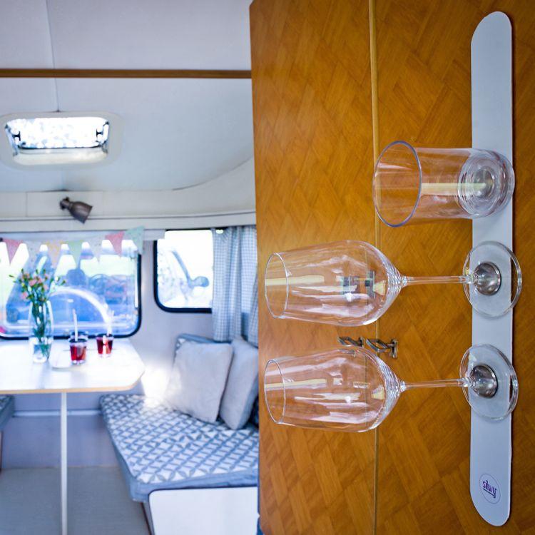 silwy metallstripe til de magnetiske glassene. Bilde av glass som henger på vegg i båt