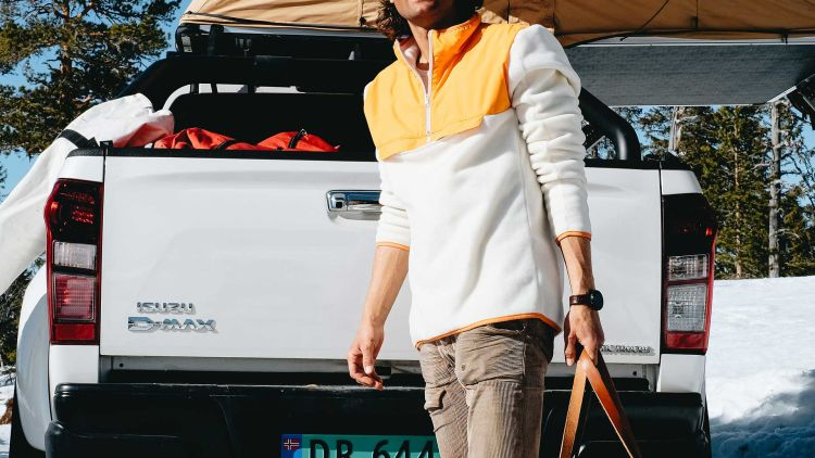 roamer fleece oransje amundesn sports miljøbilde på mann foran bil