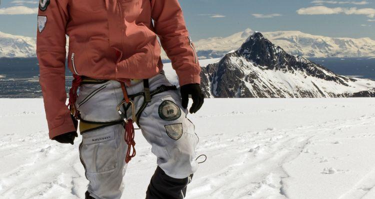 amundsen peak knickerbockers i fargen hvit til dame. miljøbildet av nikkers på mann på fjellet om vinteren