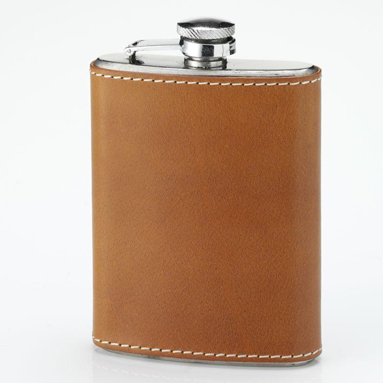 Pocket flask lommelerke fra Laksen i fargen natural oak. Produktbilde sett forfra