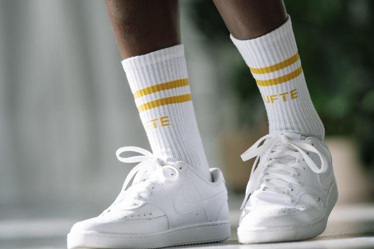 Almelav sokk fra Tufte Wear. Unisex i med stripe i gult