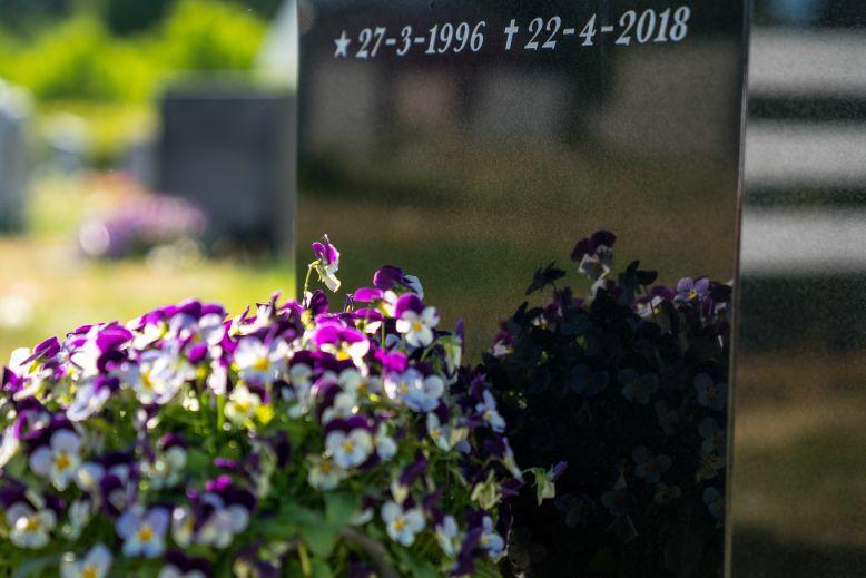 Blomstrende gravsted med selvvanningskaser