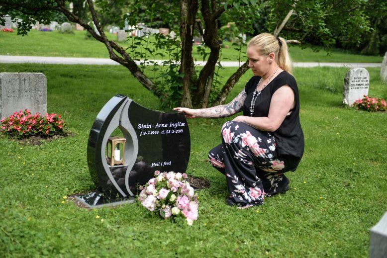 Kvinne på kirkegård.