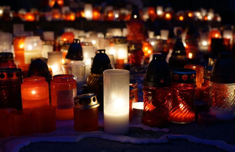 Mange lys på en kirkegård