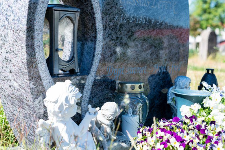 en grav blir mer personlig med pynt