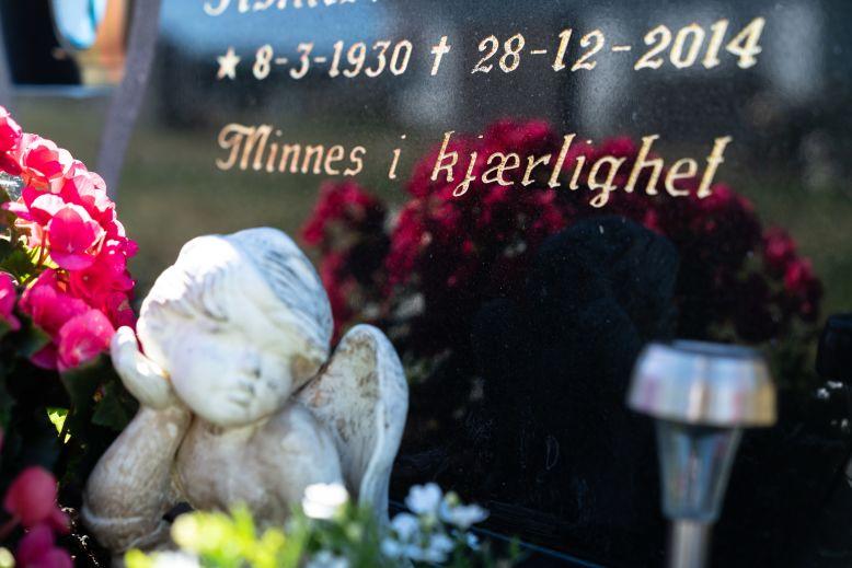 Inngravert gravstein med minneord fra Gravstein24.