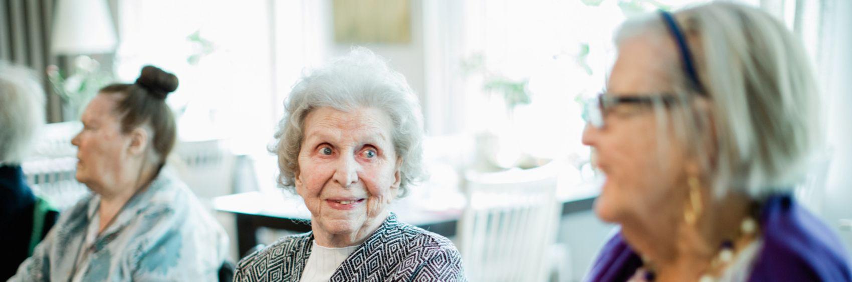 Sosialt fellesskap er en del av hverdagen for de eldre på Vestre Nes Omsorgsbolig, som drives av Stendi.