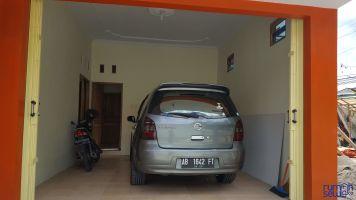 Rumah Nyaman, Strategis, Dekat JEC & Plaza Ambarukmo, Bantul, Yogyakarta -> Car Port dengan rolling door modern