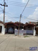 Disewakan Rumah di Kota Karawang Strategis -> Tampak luar rumah (2 garasi mobil kanan dan kiri)