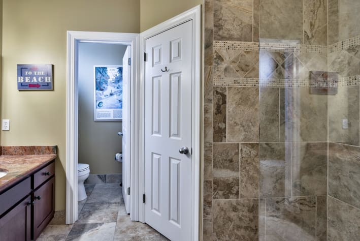 Upstairs Master en Suite Bath, Walk-in Closet, Granite and Tile
