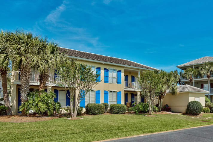3 BR / 3 BA + Bonus Rm * Sleeps 14 * 2300 sq/ft on 1st Beach Street * 2 houses from Pool * Free WIFI